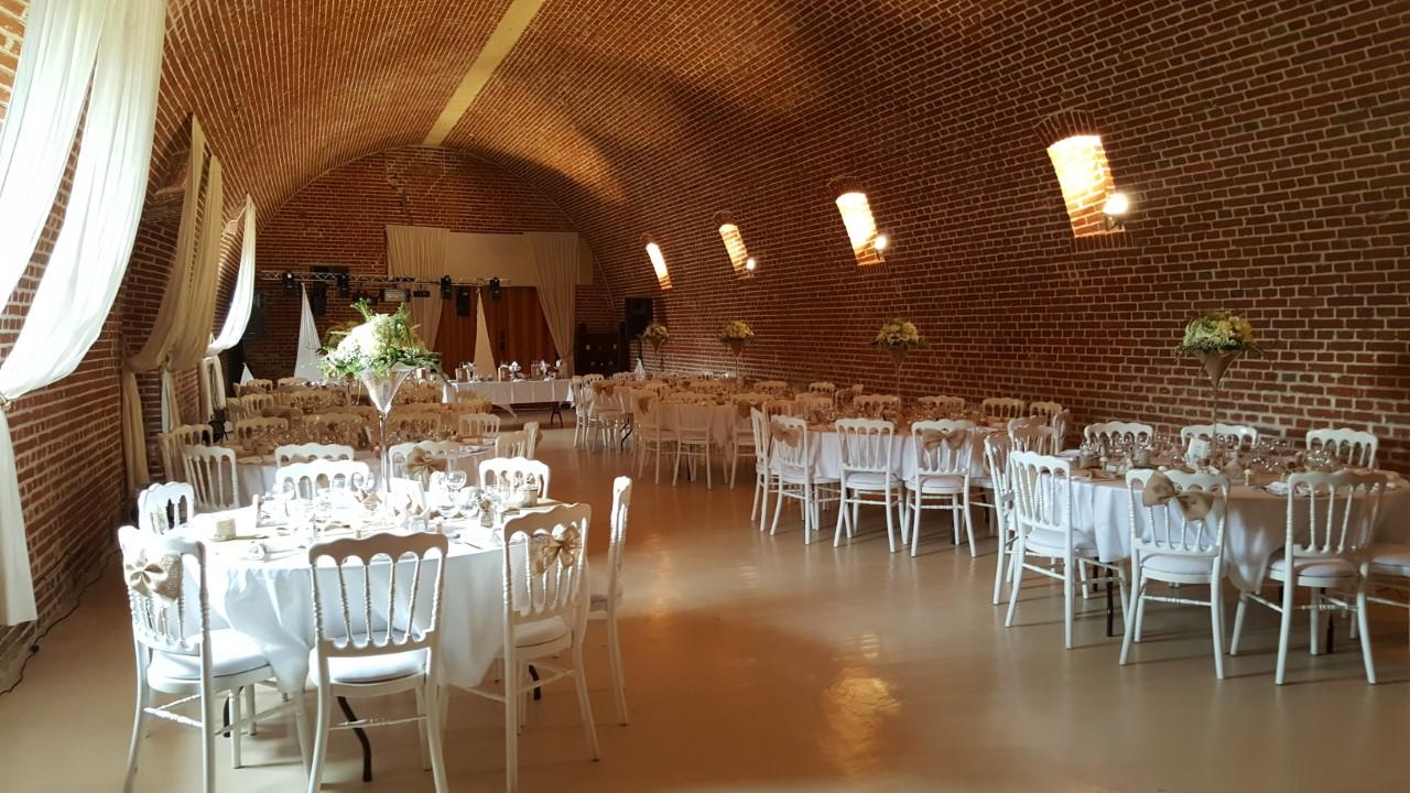 Avec ses voûtes et son caractère, notre grande salle est idéale pour les mariages et réceptions